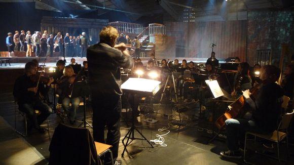 Rockland-oopperan harjoituksissa orkesteri ja oopperakuoro jäähallissa.