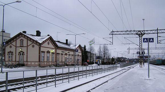 Kuvassa Kokkolan asemarakennus ja laitureita.