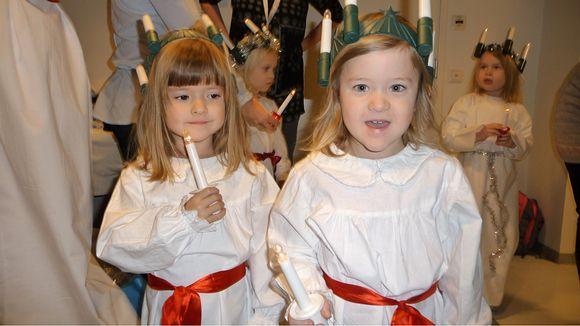 Moa ja Alva Pettersson Lucia-neitoina.
