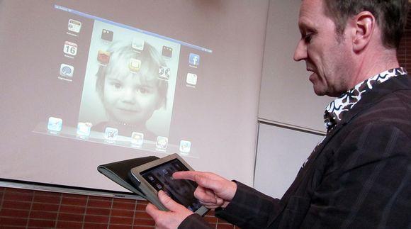 Opettajan käyttämän tablettitietokoneen näytön näkymä heijastuu seinälle.