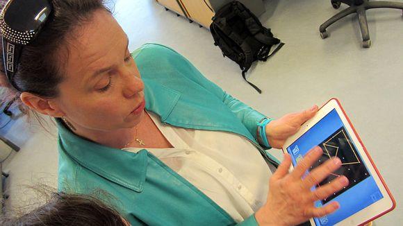 Sirkku Lähdesmäki esittelee tablettitietokoneelle kehitettyä matematiikkasovelluista.