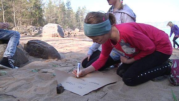 Video: Kuvassa lapset tekevät tehtäviä rantahietikolla
