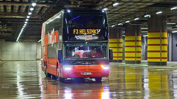 Kuvassa bussi Kampin liikennekeskuksessa Helsingissä