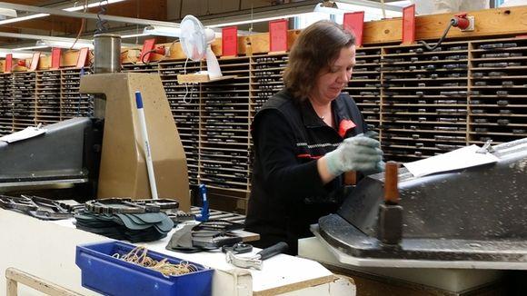 Kengänosien valmistusta erilaisin leikkurein