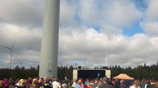 Tuulivoimapuisto otettiin virallisesti käyttöön juhlimalla paikan päällä.