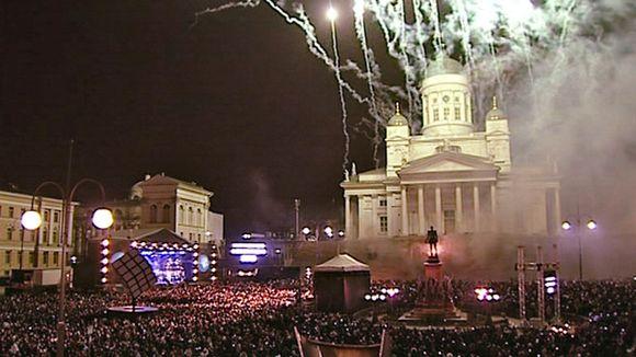 http://img.yle.fi/uutiset/kotimaa/article5000064.ece/ALTERNATES/w580/Helsinki%20Senaatintori%20ilotulitus%20uusi%20vuosi%201_1_2012
