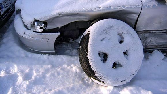 Hopeanvärisen henkilöauton keula ja irronut eturengas.