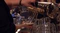 Ravintolan oluthanasta lasketaan olutta tuoppiin.
