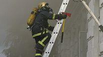 Palomies kiipeää tikkaita