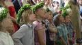 Lapset veisaavat Suvivirttä Käpylän Yhtenäiskoulun kevätjuhlassa.