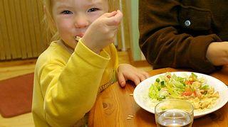 Pikkutyttö syö kotiruokaa.