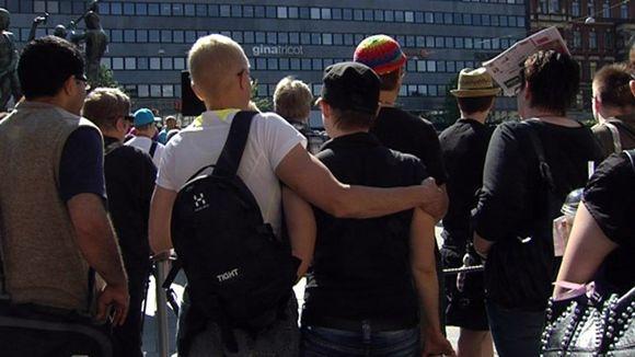Video: Helsinki Pride 2011 avajaiset Kolmen Sepän patsaalla Helsingissä.