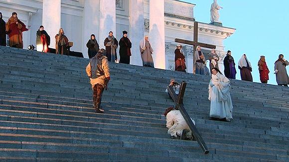 Via Crucis -näytelmän harjoitukset Tuomiokirkon portailla.