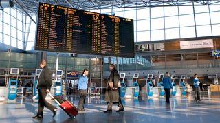 Helsinki-Vantaan lentokentän lähtevien lentojen aula.