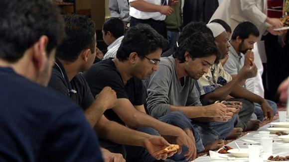 Suomen muslimeja syömässä yhteisellä aterialla.