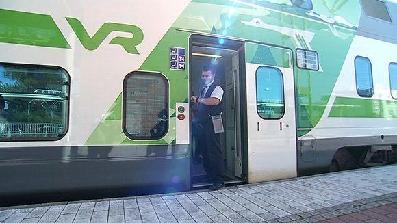 Konduktööri junan ovella.