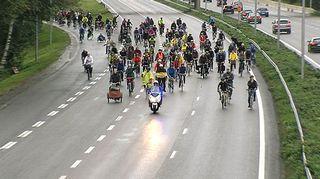 Kriittinen pyöräretki Länsiväylällä vuonna 2011.