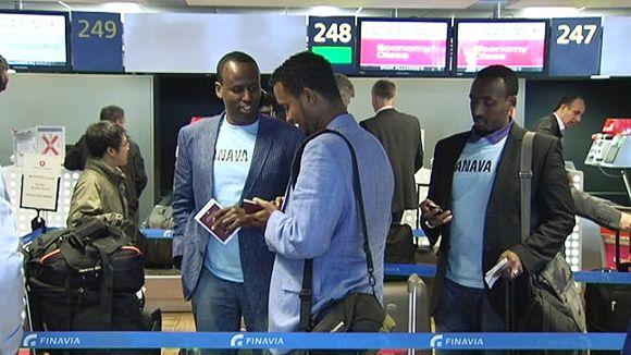 Miehiä lentokentällä.