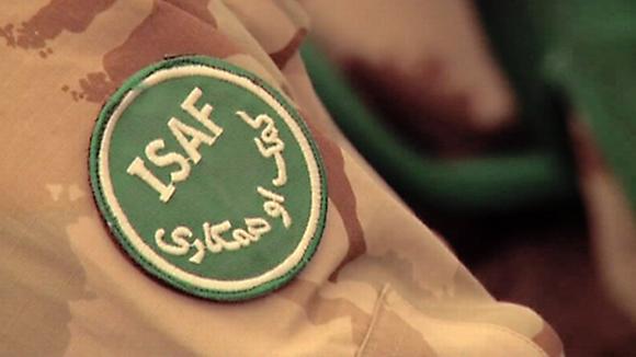 ISAF-rauhanturvaoperaation tunnus rauhanturvaajan maastopuvun hihassa