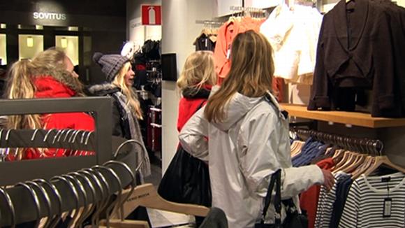 Tytöt shoppailemassa vaatekaupassa.