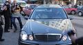 Jalkapalloilija David Beckham saapuu Turun Mehiläiseen mustan Mercedes-Benzin kyydissä. Auton ympärillä valokuvaajia.