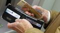 Video: Mies laittaa rahaa lompakkoon