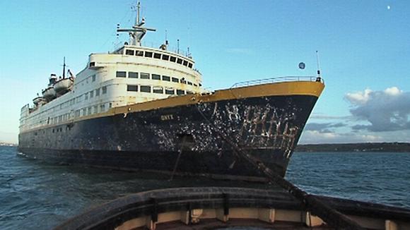 Onyx-laiva hinauksessa.