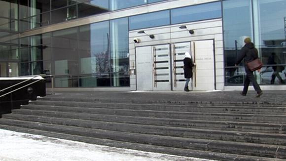 Oppilaat menevät sisään Haaga-Helia ammattikorkeakoulun ovesta.