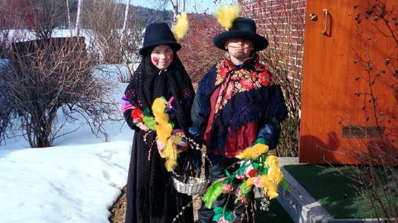Noidiksi pukeutuneita lapsia matkalla virpomaan Palmusunnuntaina.