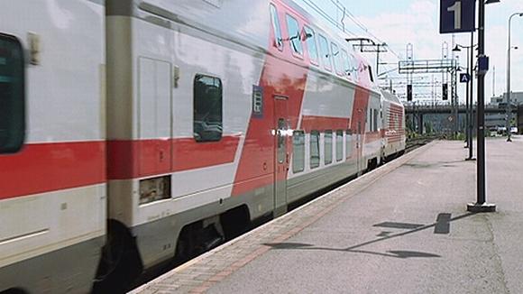 Juna lähdössä asemalta