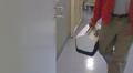 Potilaalle siirrettävää maksaa tuodaan sairaalan leikkaussaliin valkosinisessä laatikossa.