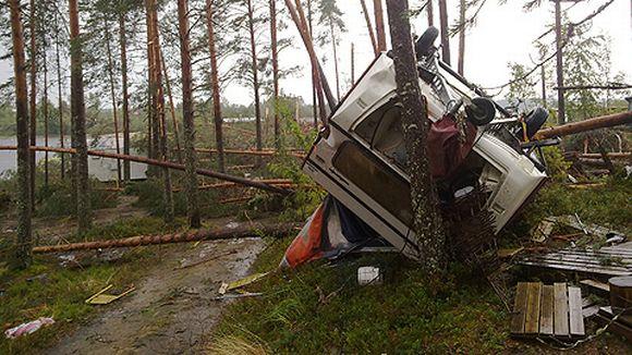 Myrskytuulen kaatama asuntovaunu