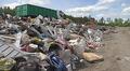 Jätettä kaatopaikalla: lautoja, aidankappale jne.