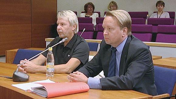 Matti Nykänen oikeudessa asianajajansa kanssa