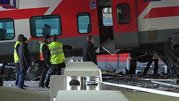 Onnettomuustutkijoita tarkastelemassa junaonnettomuuden vaurioita.