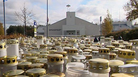 Kynttilöitä koulun edustalla
