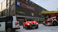 Poliisiauto, ambulanssi ja pelastusauto kauppakeskus Sellon pihalla.