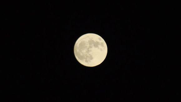 Superkuu innoitti monet kaivamaan yöllä kameransa esiin.