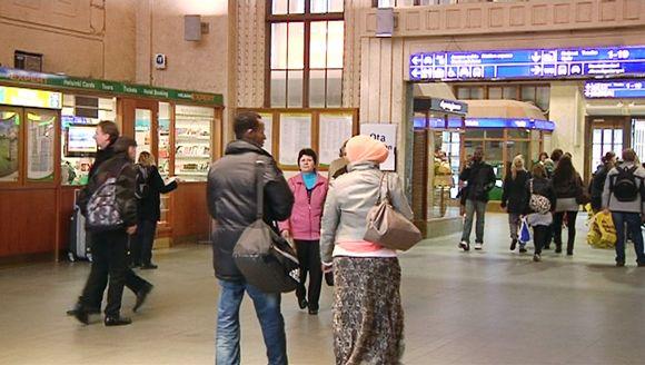 Kaksi afrikkalaistaustaista maahanmuuttaja rautatieasemalla.