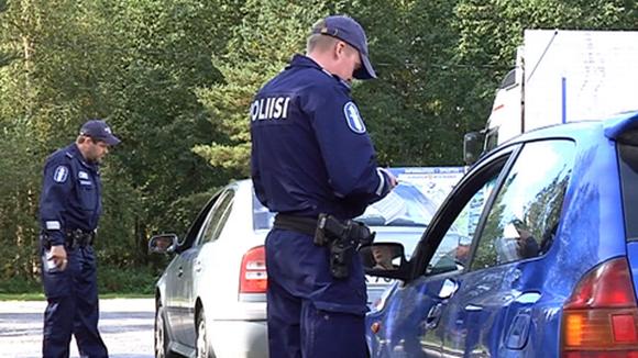 Kaksi autoa poliisin ratsiassa.