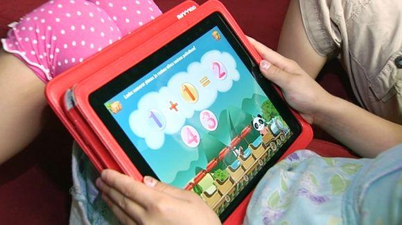 Lapsi harjoittelee matematiikkaa tabletilla.
