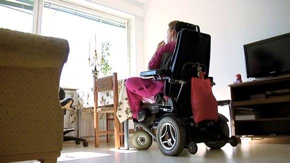 Nainen pyörätuolissa.