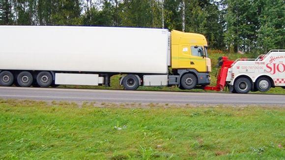 Kauklahdenväylän kolarissa vaurioitunutta rekkaa hinataan pois onnettomuuspaikalta.