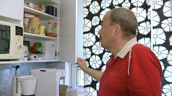 Video: Mies katsoo ruokakaapin sisältöä.