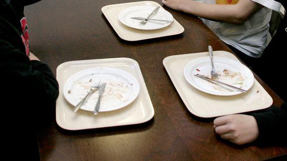Ruokalautasia pöydällä.