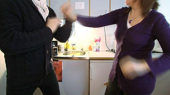 Nainen ja mies tappelevat.