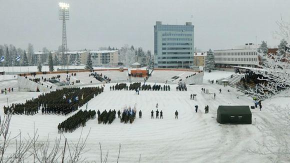 Laajakuva itsenäisyyspäivän paraatista Kouvolassa 6. joulukuuta 2012.