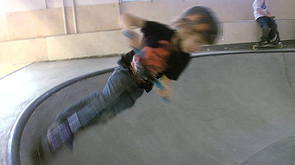 Video: Poika potkulaudalla skeittihallissa.