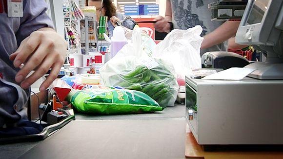 Ruokaostoksia kaupan kassalla.