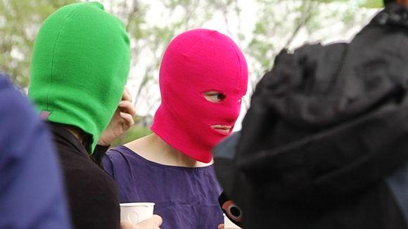 Kaksi Pussy Riotin jäsentä Helsingin Kaisaniemessä perjataina 24. toukokuuta.